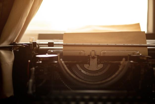 Vecchia carta marrone e macchina da scrivere d'epoca.