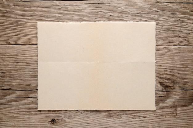 Vecchia carta su fondo in legno