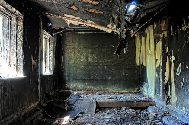Vecchia casa bruciata abbandonata dentro hdr