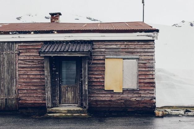 Vecchia casa circondata da neve