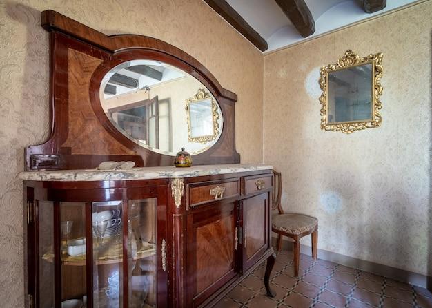 Vecchia casa con mobili classici