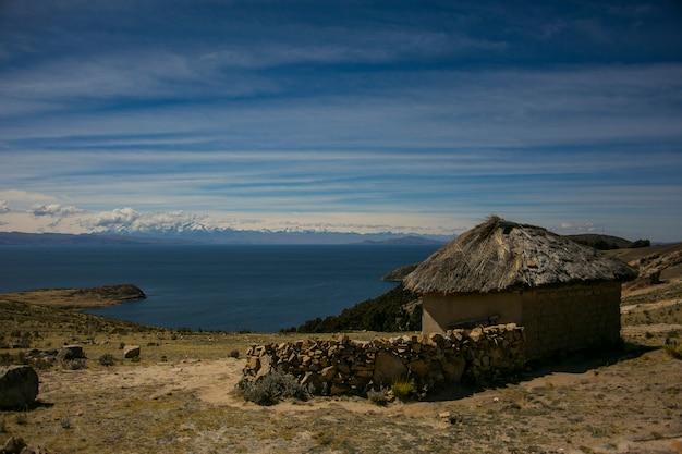 Vecchia casa delle montagne dalla cordillera real, ande, bolivia