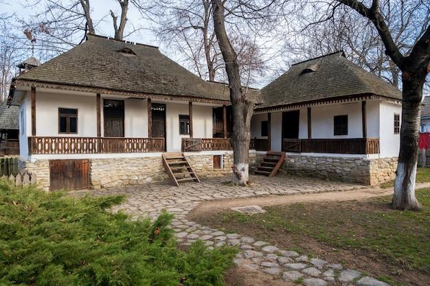 Vecchia casa di legno in un villaggio