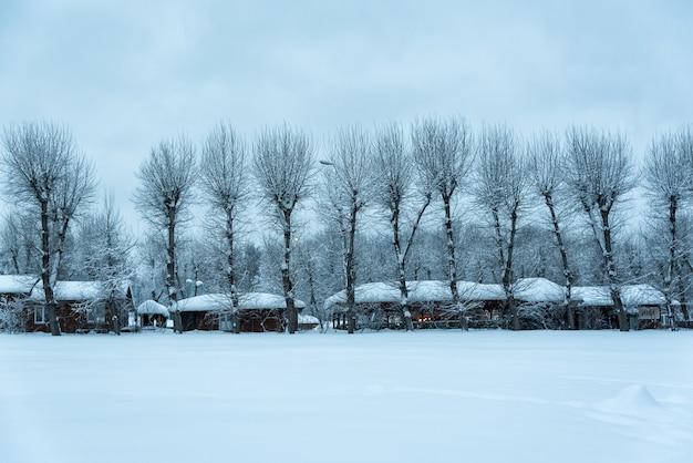 Vecchia casa di legno nel gelo. inverno nel villaggio. vecchia casa di legno sulla neve.