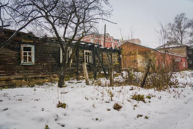 Vecchia casa rotta in inverno