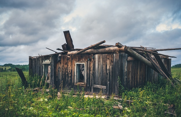 Vecchia casa rurale di legno rovinata.