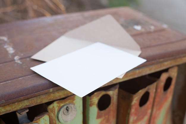 Vecchia cassetta delle lettere arrugginita del ferro.