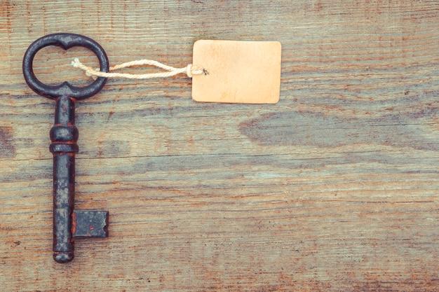 Vecchia chiave con un'etichetta di carta