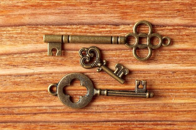 Vecchia chiave sul tavolo di legno