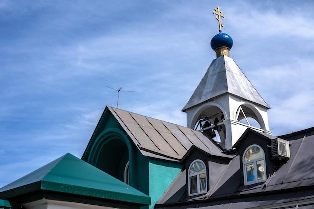Vecchia chiesa contro il cielo