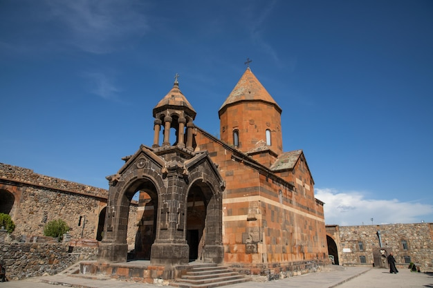 Vecchia chiesa cristiana armena fatta di pietra in un villaggio armeno