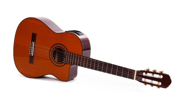 Vecchia chitarra di legno isolata