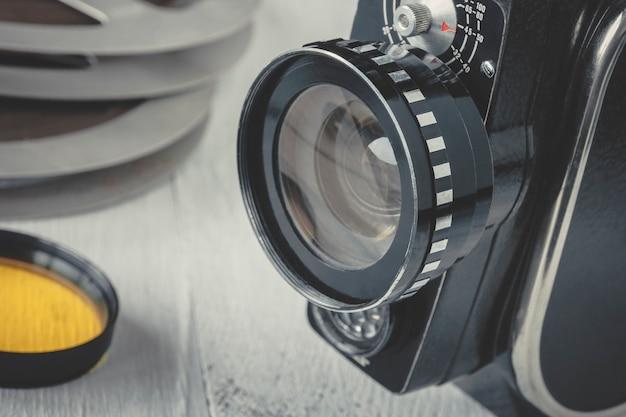 Vecchia cinepresa e bobina cinematografica
