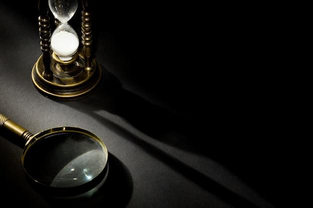 Vecchia clessidra vintage con lente d'ingrandimento con ombra