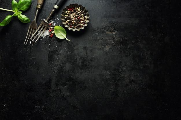Vecchia coltelleria rustica d'annata su buio