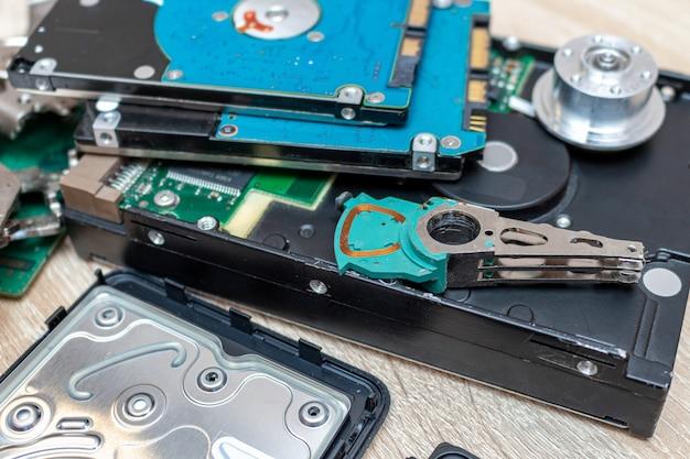 Vecchia composizione rotta nei drive del hard disk in una fine di concetto di servizio di recupero di riparazione sul fuoco selettivo