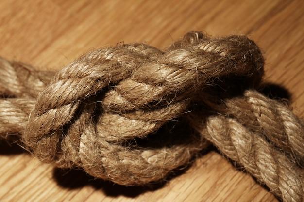 Vecchia corda su superficie di legno