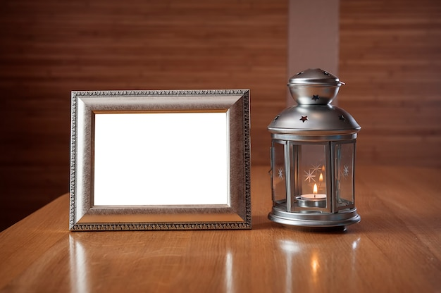 Vecchia cornice sul tavolo di legno sullo sfondo di una lanterna