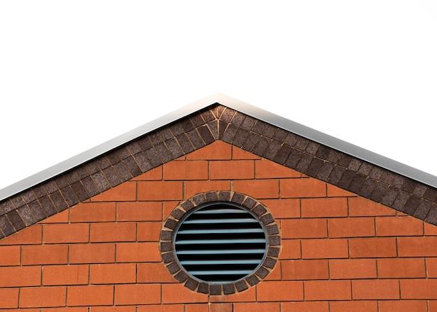 Vecchia costruzione di mattone con la finestra circolare