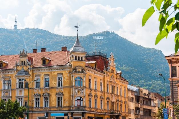 Vecchia costruzione gialla a brasov