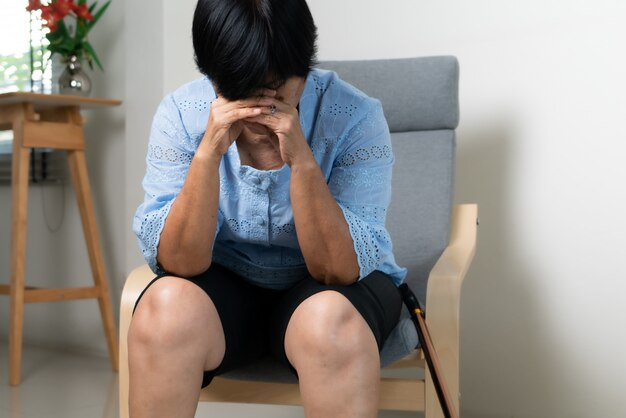 Vecchia donna che soffre di mal di testa, stress, emicrania, concetto di problema di salute