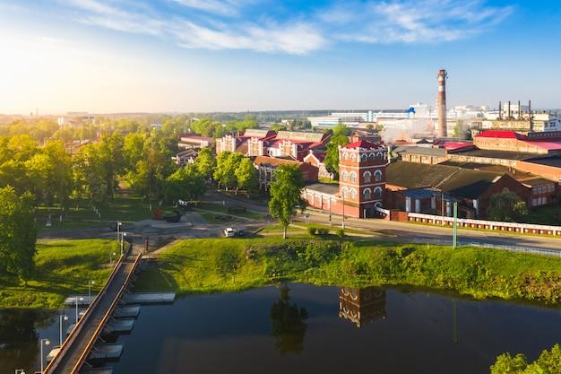 Vecchia fabbrica di carta retrò in città sul fiume