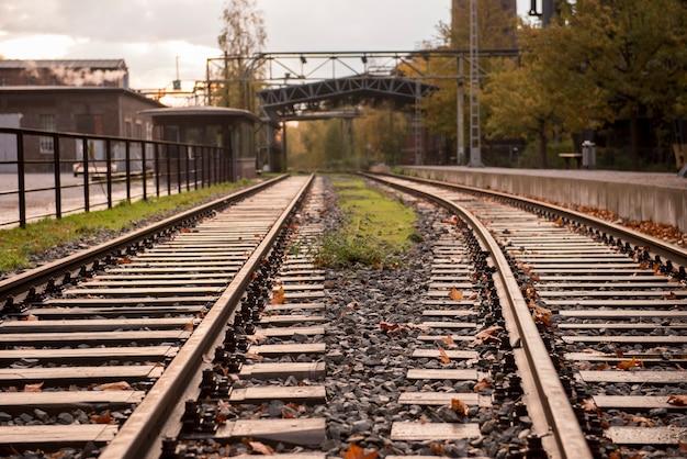 Vecchia ferrovia in landschaftpark duisburg nord nella regione della ruhr
