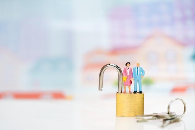 Vecchia figura delle coppie che si leva in piedi in cima alla serratura a chiave.