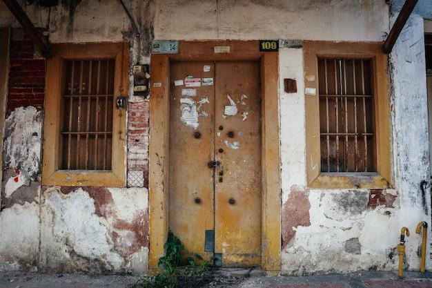 Vecchia finestra della casa invecchiata la porta