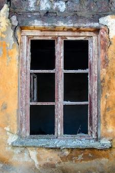 Vecchia finestra senza vetro, vintage