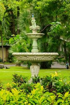 Vecchia fontana bianca nel parco