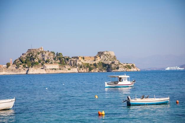 Vecchia fortezza veneziana e tempio ellenico a corfù, isole ionie, grecia