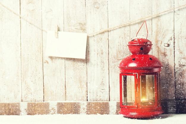 Vecchia lampada rossa con una corda con una busta