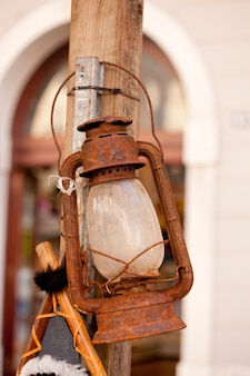 Vecchia lanterna arrugginita