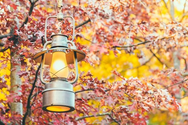 Vecchia lanterna con vista esterna nella stagione autum