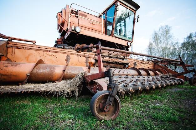 Vecchia macchina agricola agricola arrugginita