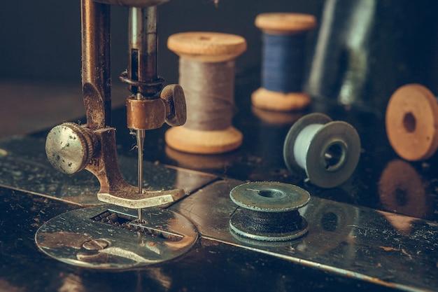 Vecchia macchina da cucire retrò, dettagli di un piano di massima