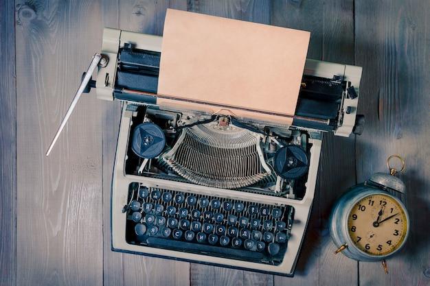 Vecchia macchina da scrivere e sveglia