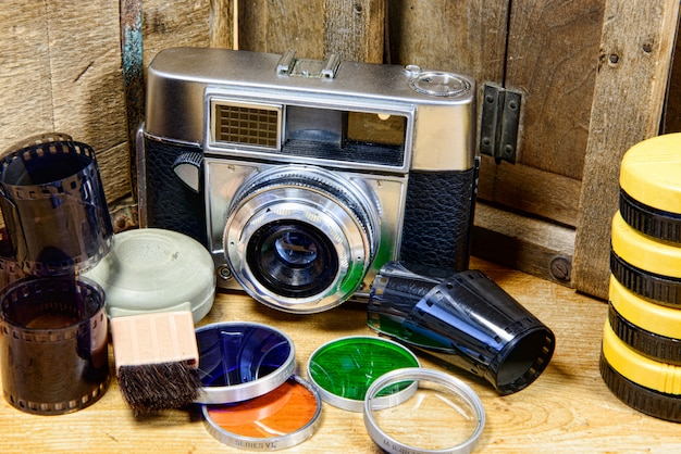 Vecchia macchina fotografica con alcuni accessori
