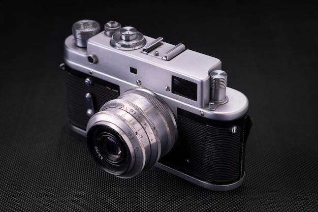 Vecchia macchina fotografica d'annata del film 36mm, memoria di stile di vita. scatta foto con una cronologia manuale dell'obiettivo.