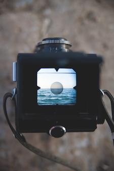 Vecchia macchina fotografica e il mirino sul mare