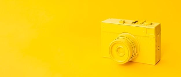 Vecchia macchina fotografica gialla con copia-spazio