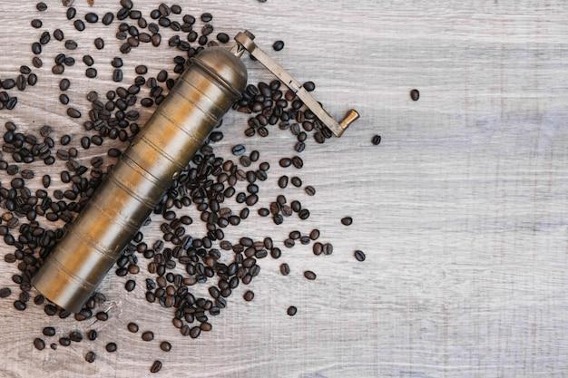 Vecchia macinacaffè sui chicchi di caffè
