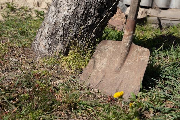 Vecchia pala sporca utilizzata nella costruzione o nell'agricoltura