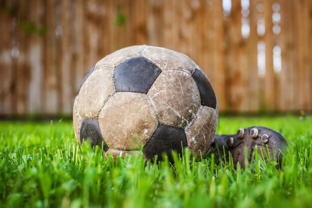 Vecchia palla per giocare a calcio, dettagli di questo sport