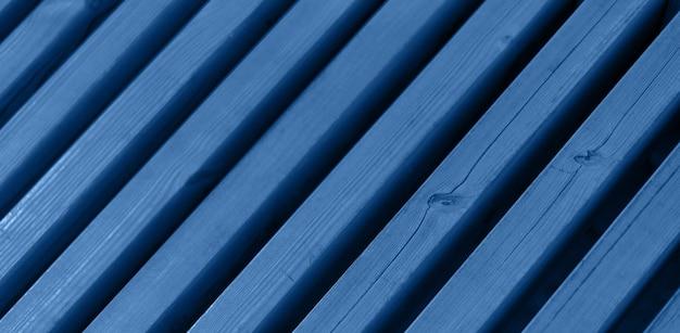 Vecchia parete di legno. trama astratta. fondo di legno del recinto della plancia con lo spazio della copia. colore blu e calmo alla moda.