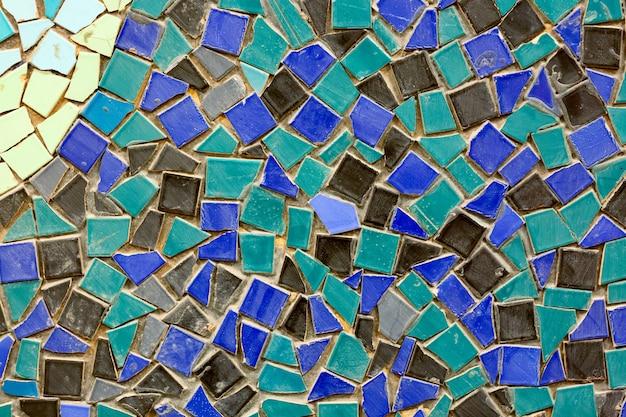 Vecchia parete di mosaico di ceramica come sfondo.
