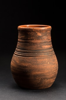 Vecchia pentola in ceramica marrone