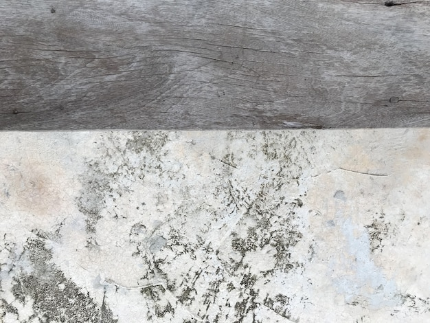 Vecchia plancia di legno con uso del fondo di struttura della parete del cemento per l'esposizione del prodotto