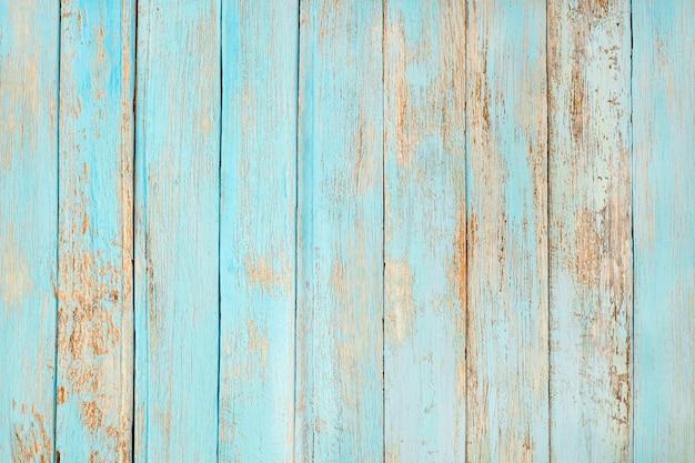 Vecchia plancia di legno esposta all'aria verniciata nel colore pastello del blu di turchese.